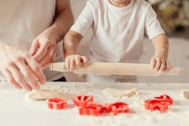 笑顔でパン作りを楽しむ親子