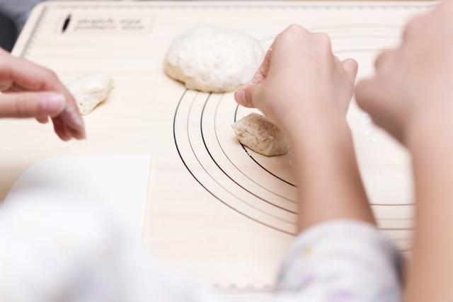 Coruruパン教室でパン作りを楽しむ受講生