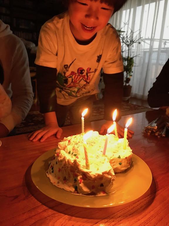 クリスマスイブの息子5歳の誕生日、嬉しそうな息子