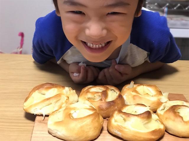 イーストで焼いたりんごパンを見て嬉しそうな息子