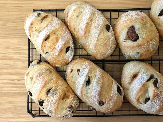 焼きたての自家製酵母のライ麦パン