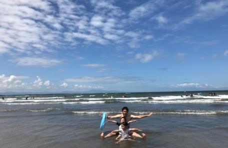 青島に家族で海水浴。楽しそうなパパと子供達。