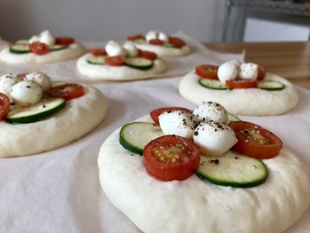 パン教室のメニュー、色鮮やかな夏野菜のピザの成形後