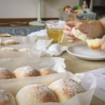 藤田助産院さんのパン作り講座で作った、お家でパン作りセットの基本のふわふわパン、試食の様子